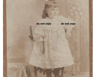 kleine Kleinkind Mädchen auf Stuhl, Schnalle, Schuhe, Schrank-Karte Foto, antike Fotografie, Vintage-Fotografie