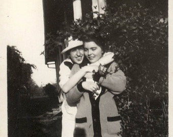 vintage photo 1920s Young Women Affectionate Hug Each Other Lesbian int