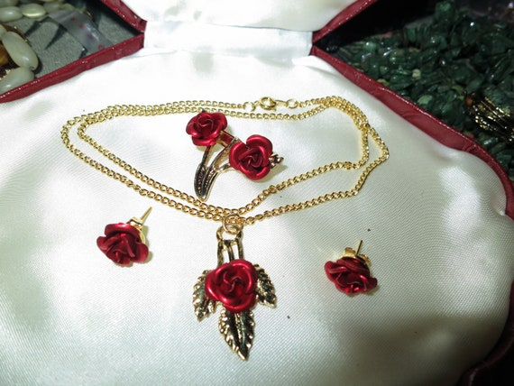 Lovely vintage goldtone set of red metal carved roses earrings, necklace and brooch