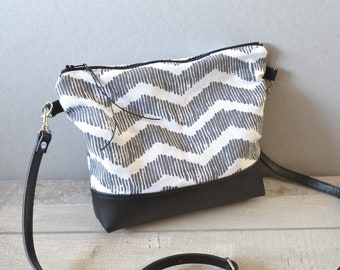 Small shoulder bag black and white