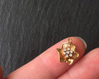 4 x Gold Flowers, Flower Pendants, Flower Charms, Flowers