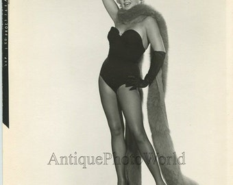 Beautiful actress Barbara Nichols with fur boa vintage pin up photo 1960