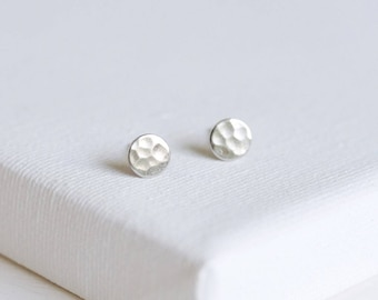 hammered stud earrings . sterling silver hammered earrings . tiny circle earrings . hammered disc earrings . disc stud earrings pebble