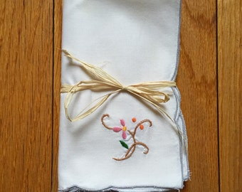 Vintage Cream Napkins w. Floral Embroidery - Set of 4