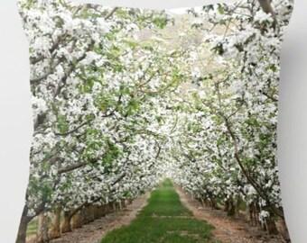 Kissenhülle, Obstgarten in voller Blüte, Frühling, Sommer, Blüten, Natur, Home Decor, Fotografie von RDelean Designs