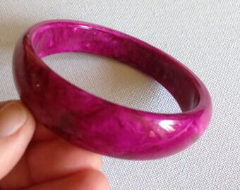 Bangle - vintage marbled deep pink plastic bangle