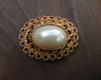 Vintage 1960s to 1970s Gold Tone Oval Faux Off White Pearl Clip/Scarf Clip Retro Womens/Ladies Accessory
