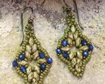 Vert avec des boucles d'oreilles bleu