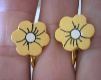 Play Earring - Clip - Fower - Painted Wood - Golden - 1/2""