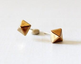 Pyramid stud earrings, Geometric stud earring, Small gold pyramid stud Dainty gold stud, Cartilage helix tragus earring, Geometric gold stud