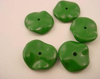 14 vintage plastic dark green crinkle wavy round flat beads 17mm