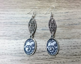 Earrings in silver and black and white floral cabochon