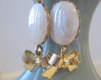 Style Vintage boucles d'oreilles première communion, fille de fleur, location vacances cadeau de boucles d'oreilles, blanc perle ovale Cab laiton Bow Dangle, danse pour elle sous 20