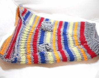 Chien Pull rayé gris et arc en ciel pour un petit chien - main tricot
