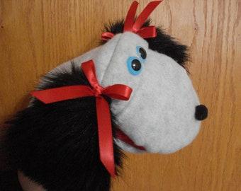 Gris gris en laine polaire chien avec des nœuds de satin rouges sur noirs oreilles marionnette à main