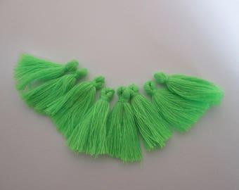 8 pompons en fils de coton longueur 3 cm couleur : vert perroquet