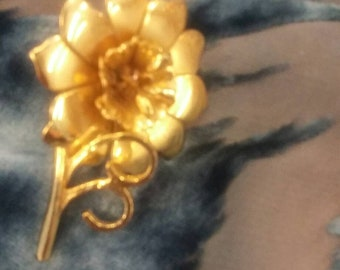 Brushed gold daisy brooch