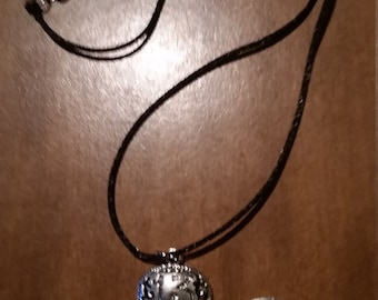 Skull pendant necklace with engraved details
