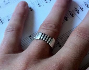 "Ring ""Accordion music"""