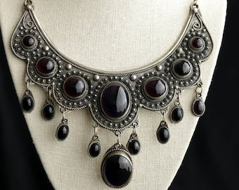 Vintage Fashion Bib Necklace. Statement Necklace in Amethyst Purple and Silver Necklace. Vintage Necklace. Vintage Jewelry.