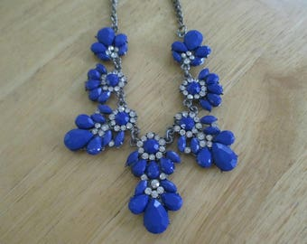 Vintage costume jewelry  /  cobolt blue necklace with rhinestones