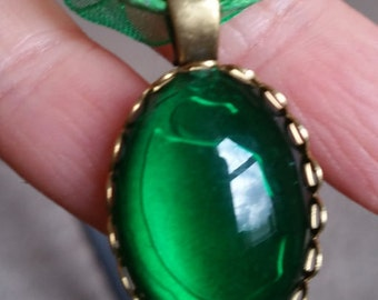 Cabochon de Queens Royal Emerald Green Stone Vintage Style collier w / ribbon 18""