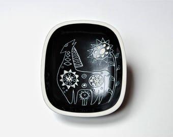 "Mid-century Arabia Finland ""Tarina"" stylised sgraffito animal design bowl."