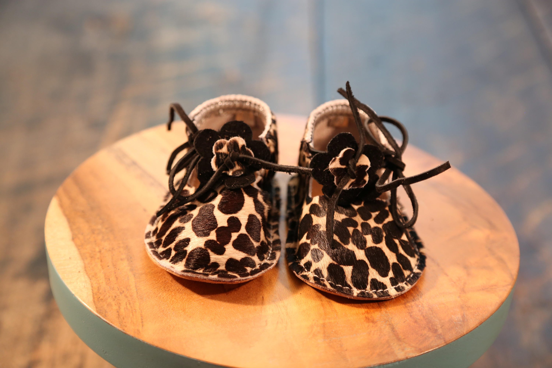 """Les «orties» 100 sont fait de 100 «orties» % cuir souple dans une chaussure Style mocassin T-Strap en taille 4, 9-12 mois, 4 1/2"""" longueur de chaussure à la main. 358fe0"""