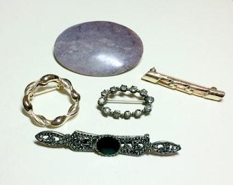 Mixed lot of five brooches, rhinestone pin, bar pins, stone pin, circle pin, vintage jewelry lot, gold pins 1960s-1980s