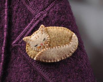 Cat brooch asleep in two shades of beige felt