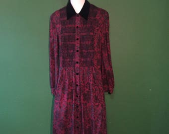 80s Paisley Red Karin Stevens Petite dress with velvet details ans pockets.