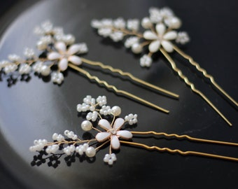 Bridal hair piece. Wedding set of 2 or 3 pins. Leaves Hair vines. Ivory gold. Pearl hair pins. Wedding accessories. White small flower pins