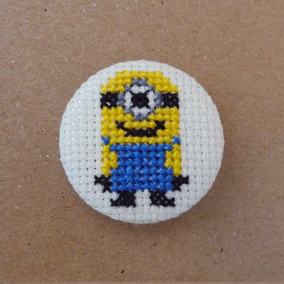 Despicable Me cross stitch 31mm pinback button - Minion - Embroidered geek brooch