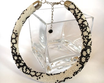 White beaded necklace, Floral pattern necklace, Bead crochet necklace, Black and white necklace, Chunky necklace, Short necklace, Beaded