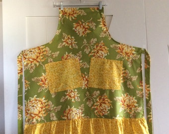 CHRYSANTHEMUMS  Apron  Full  Yellow, Green and Rust)