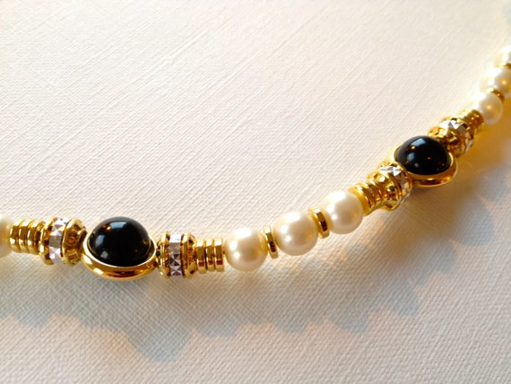 SJC10236 - Pearl, golden, shimering and metal circled black beaded necklace