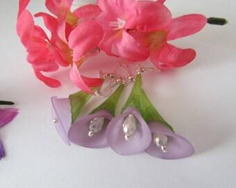 Purple calla lily flower dangle earrings - pierced calla lily flower drop summer spring earrings - Lucite flowers formal earrings