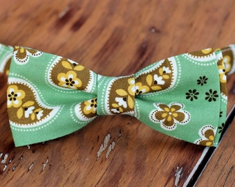 Boys green cotton paisley Bow Tie - boy's brown gold paisley on green bowtie, baby bow tie, little boy bow tie, toddler bow tie, wedding tie