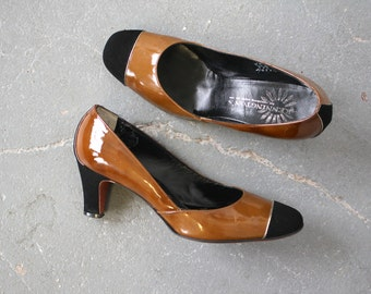 vintage 1960s heels / 60s two toned pumps / 60s patent leather shoes / 60s brown and black heels / 60s suede heels / low heels / 6.5 B