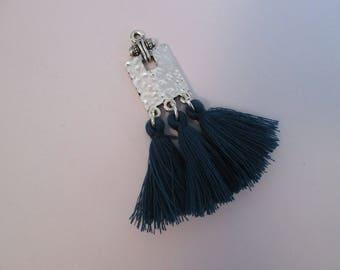 pendentif tribal pompon bleu paon et rectangle métal argenté
