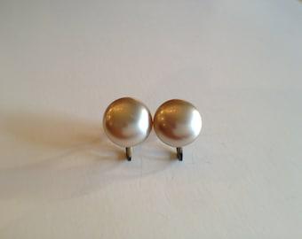 Vintage white pearl moonglow round earrings, Vintage Bride, Wedding, Earrings, Bridal Gift, Maid of Honor Gift, Vintage Glam, Bride