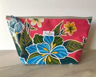 Beauty Oilcloth pouch / Zipper pouch / Oilcloth bag / Makeup bag / Travel bag / Gift for teens / Pink floral