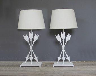 Lampes de Table flèche métal blanc, paire. Décor de grande nurserie