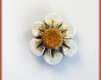 Daisy handmade brooch,enamel pin daisy, hand painted daisy brooch, contemporary jewelry,engegement gift,flower brooch,craft florwer brooches