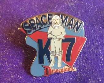 1998 Disneyland Tomorrowland Spaceman K7 Attraction Series Pin  Mint Rare DLR