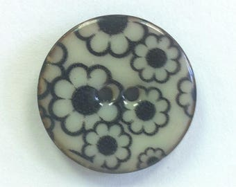 Fantasy flowers daisies black 28 mm coconut button