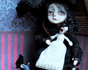 Vanessa Vespertilo, a creepy cute A6 postcard