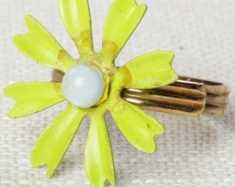 Bright Green Vintage Flower Ring White Lime 1960s Mod Enamel Flower Ring Adjustable Gold Tone Metal 7I