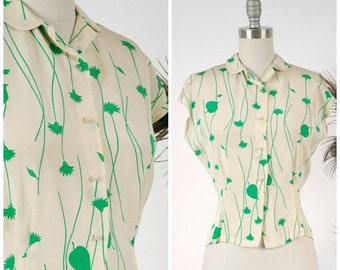 20% OFF - Vintage 1950s Blouse - Charming Ivory and Kelly Green 50s Short Sleeve Blouse with Climbing Floral Print