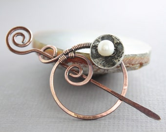 Handcrafted penannular shawl pin or scarf pin with spiral circle and white pearl on button and a pin stick - Copper pin - Pearl pin - SP036